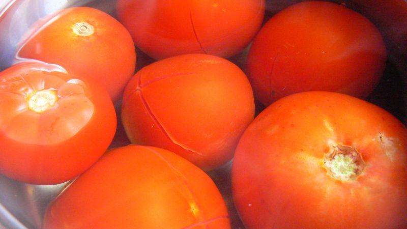Makaron z mięsem i sosem ze świeżych pomidorów