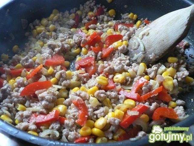 Makaron z mięsem mielonym i kukurydzą