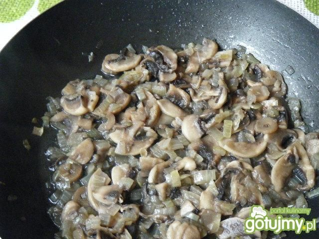 Makaron z mięsem, pieczarkami i sosem