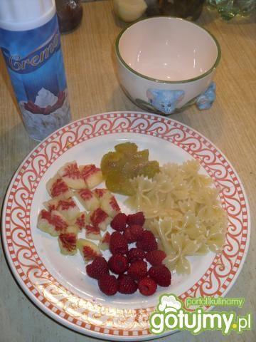 makaron z owocami i bitą śmietaną