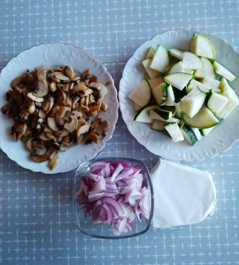 Makaron z pieczarkami, cukinią i serem camembert.