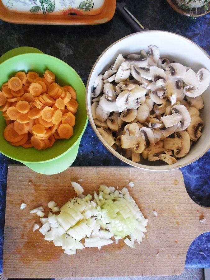 Makaron z pieczarkami i marchewką