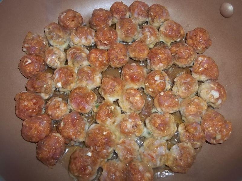 Makaron z pulpecikami w serowym sosie