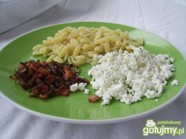 Makaron z serem i obsmażanym boczkiem
