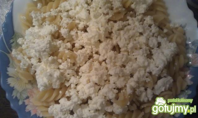 Makaron z serem i sosem jagodowym