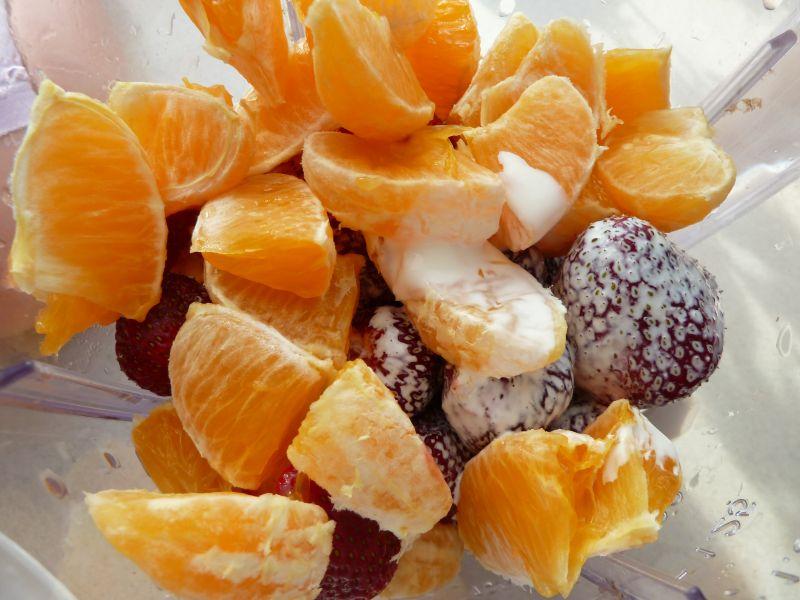 Makaron z sosem truskawkowym z pomarańczą