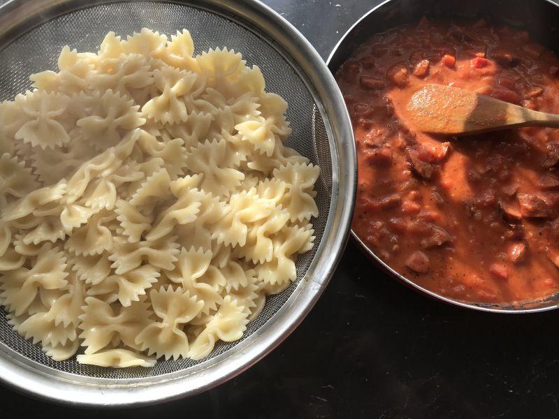 Makaron z sosem z kiełbasą i papryką