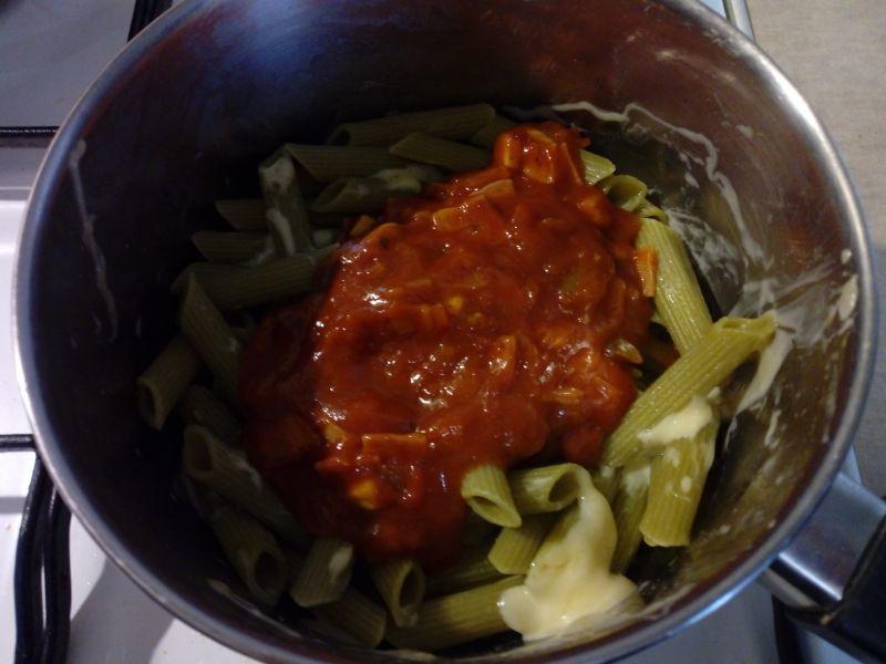 Makaron z szynką i warzywami w sosie pomidorowym