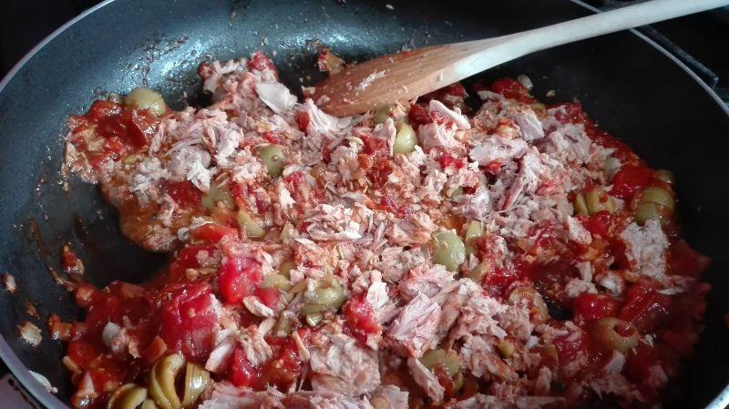 Makaron z tunczykiem i suszonymi pomidorami