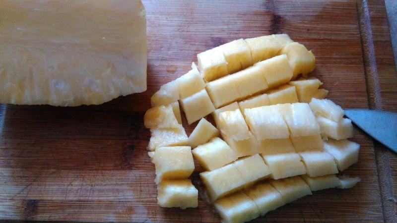 Makaron z wieprzowiną, ananasem i prażoną cebulką