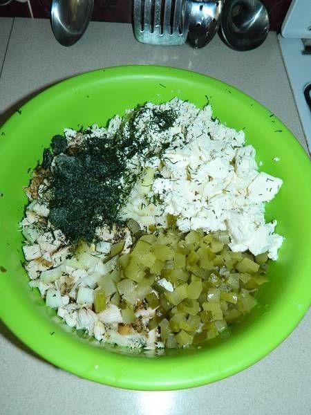 Makaronowa sałatka z fetą i pieczonym kurczakiem
