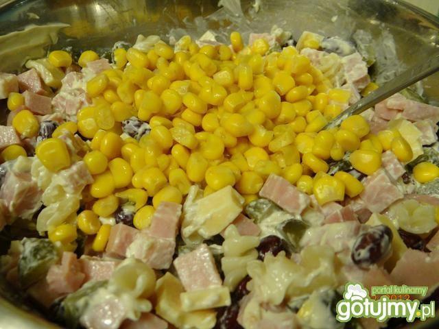 Makaronowa sałatka z kiszonym ogórkiem
