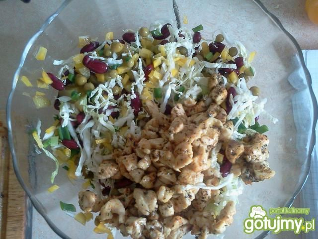 Makaronowa sałatka z warzywami i kurczak