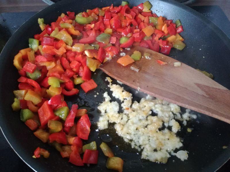 Makaronowe muszle z kurczakiem i papryką