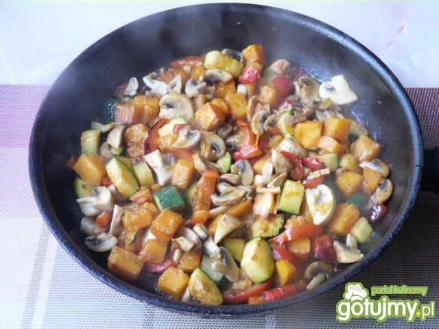 Mięso z kurczaka z warzywami w sosie