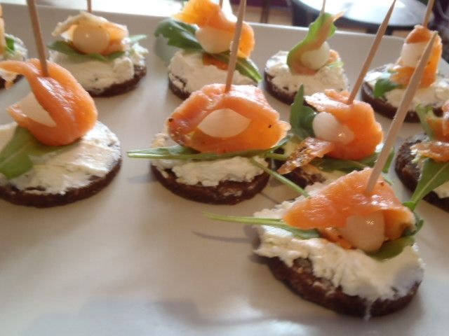 Mini kanapeczki z łososiem