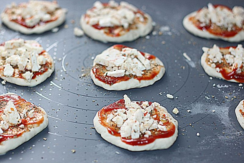 Mini pizza na średnim cieście  z serem Korycińskim