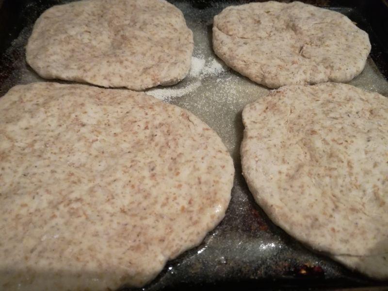 Mini pizzerinki razowe z cebulą i pieczarkami