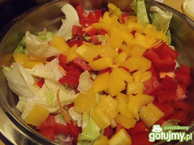 Mix sałat z paprykami w sosie koperkowym