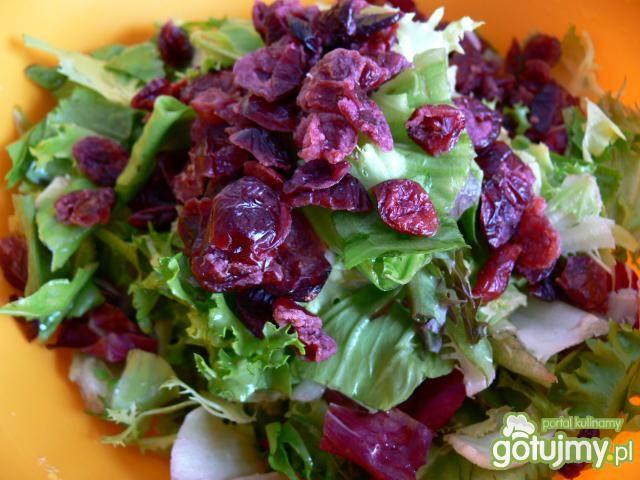 Mix sałat z żurawiną, orzechami i serem