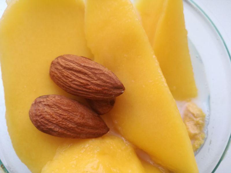 Mleczny koktajl z mango i migdałami