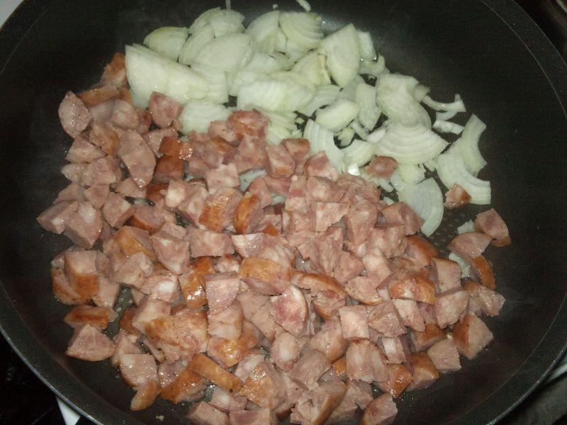 Młoda kapusta z kiełbasą i ziemniakami