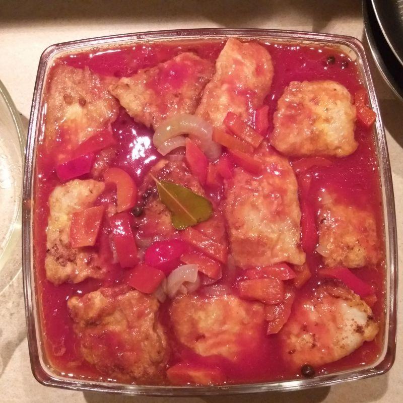 Morszczuk w sosie pomidorowym z papryką