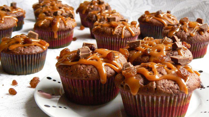 Muffinki z karmelem, czekoladą i rodzynkami