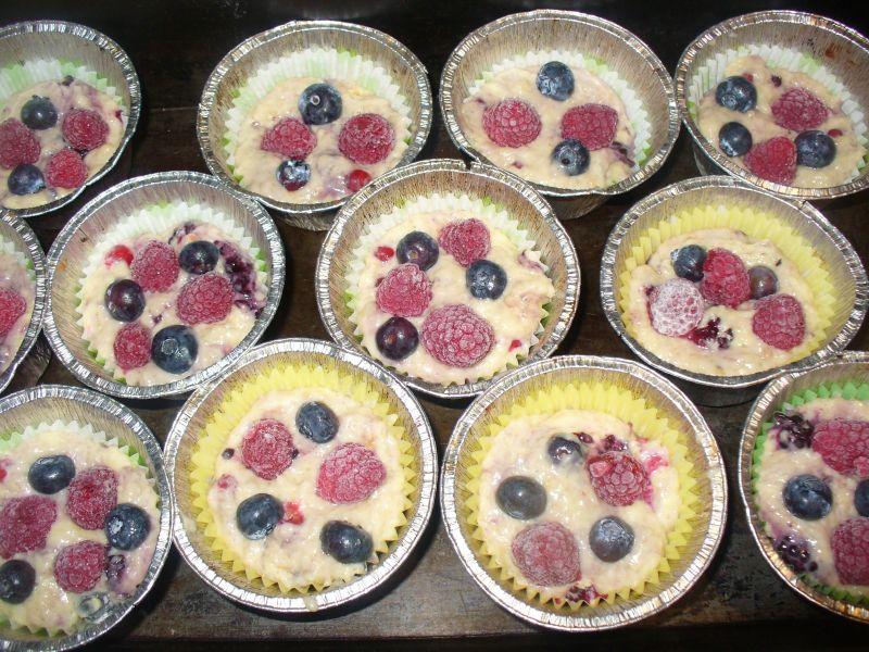 Muffinki z pożeczką czerwoną, ostrężną i maliną