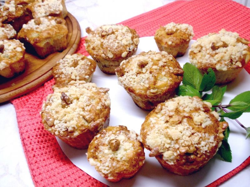 Muffinki z rabarbarem jabłkiem i kruszonką