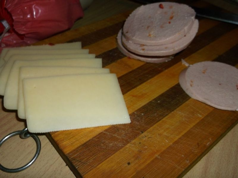 Naleśniki z mortadelą i żółtym serem