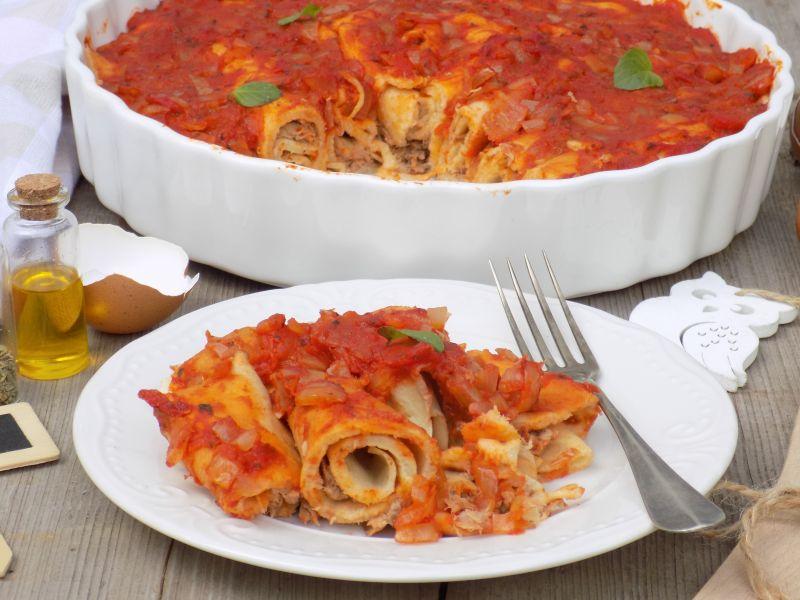 Naleśniki zapiekane z tuńczykiem i sosem pomidorow