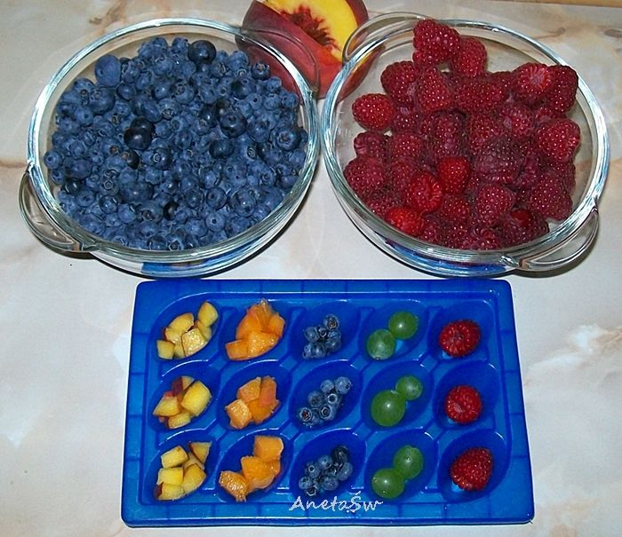 Napój owocowy z kolorowym lodem