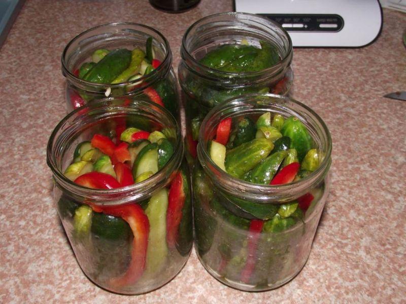 Ogórki z chilli, papryką i płatkami pomidorów
