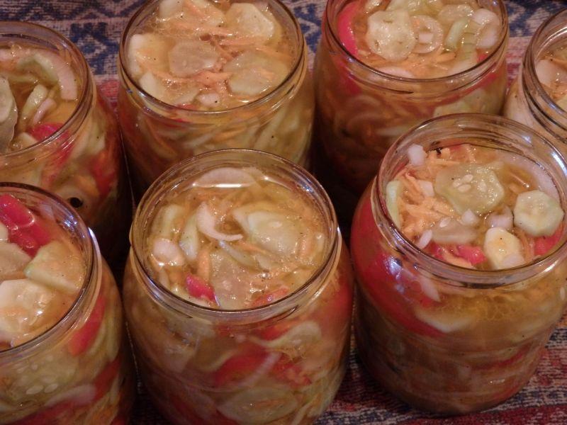 Ogórkowa sałatka z marchewką, cebula i papryką