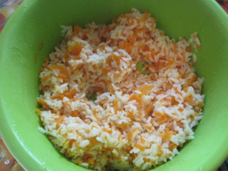 Okoń pieczony na ryżu z sosem pieczarkowym
