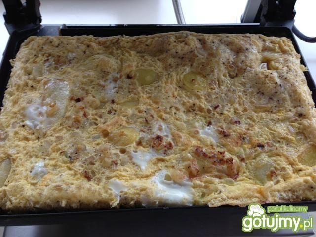 Omlet hiszpański z ziemniakami na rukoli