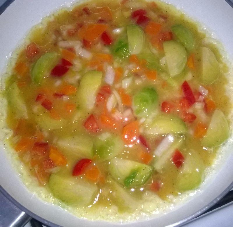 Omlet z brukselką i warzywami