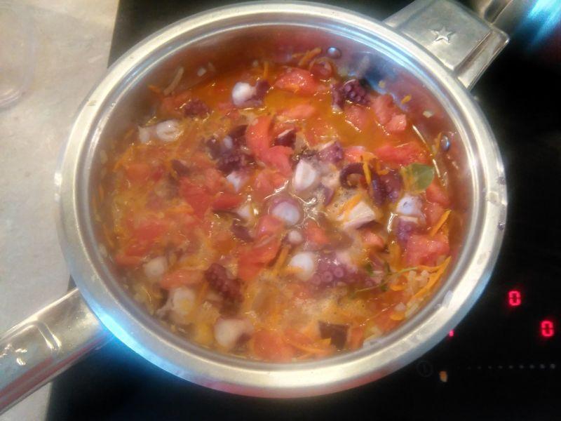 Ośmiornica w gęstym sosie pomidorowym