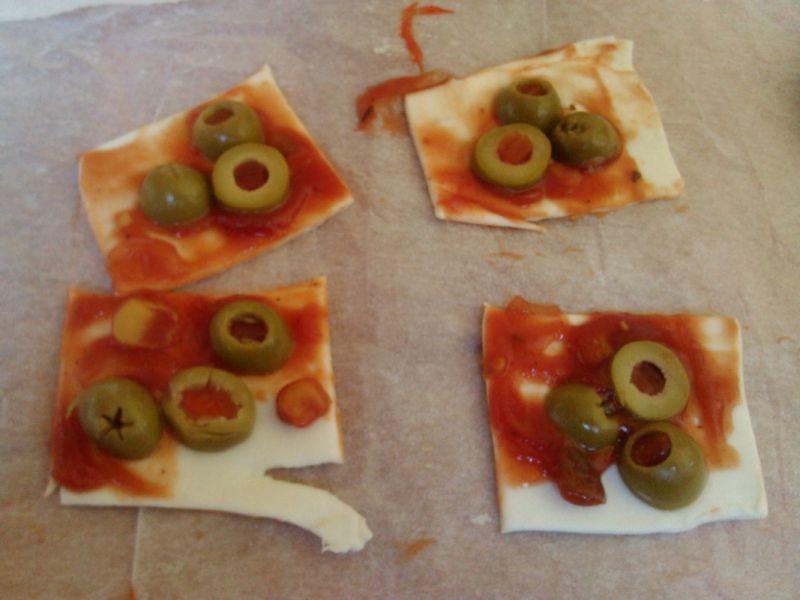 Ostre przekąski na francuskim cieście z oliwkami