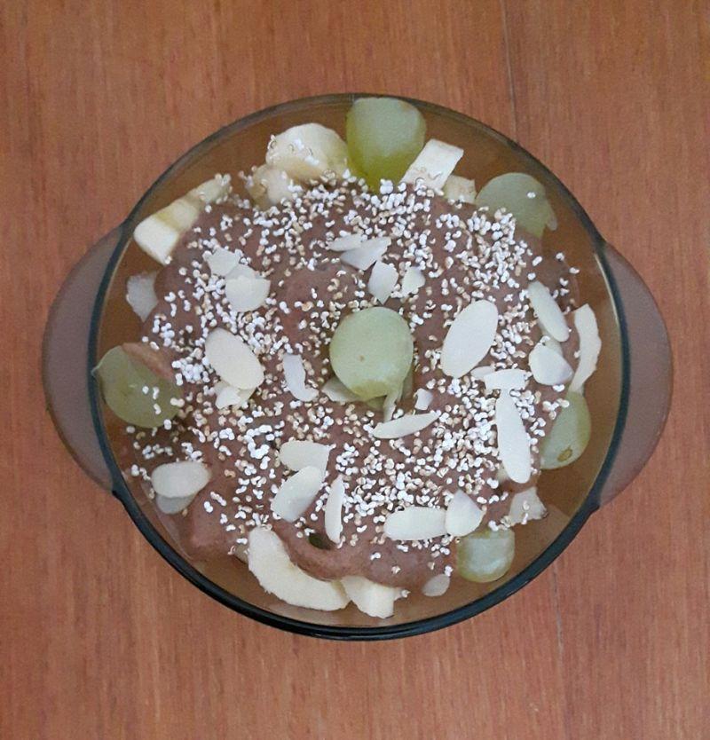 Owoce z polewa migdalowo-czekoladowa bez cukru.