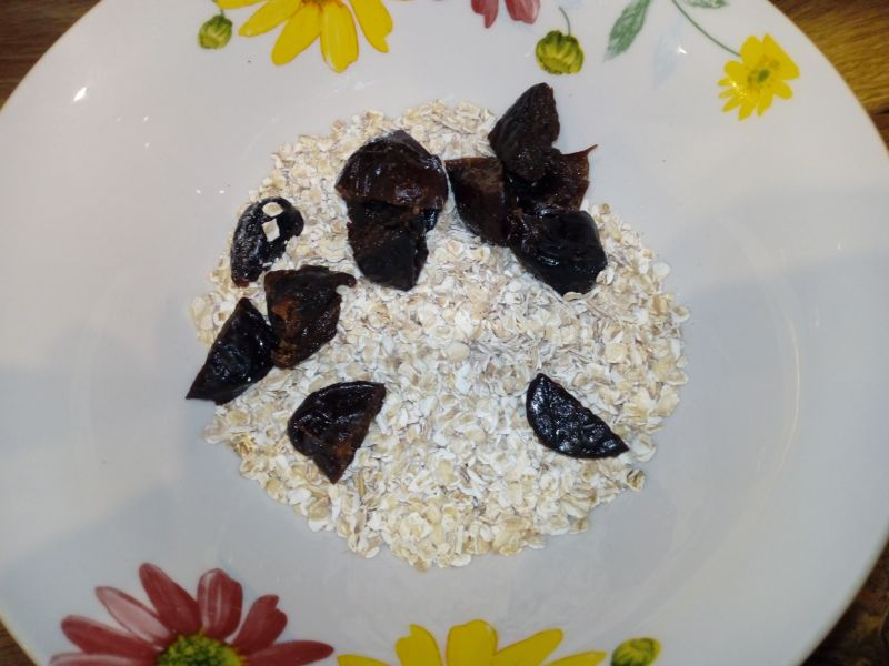 Owsianka z suszonymi śliwkami i owocami