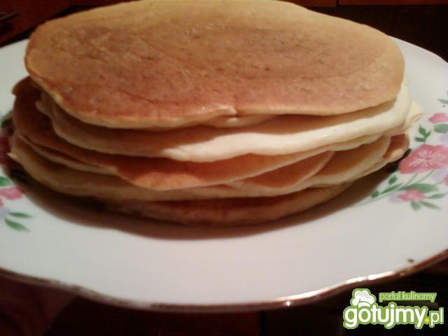 Pancakes z sosem truskawkowym i serkiem