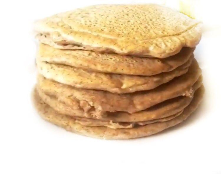 Pancakesy z sosem owocowym i pestkami dyni