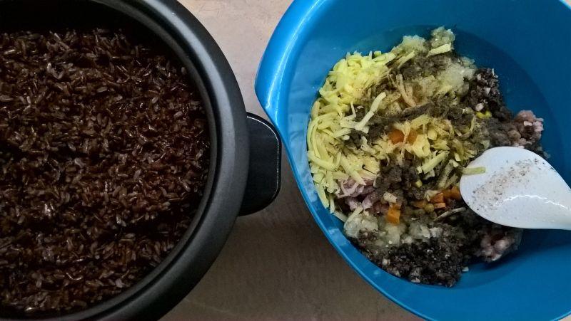 Papryka faszerowana czerwonym ryżem i dodatkami