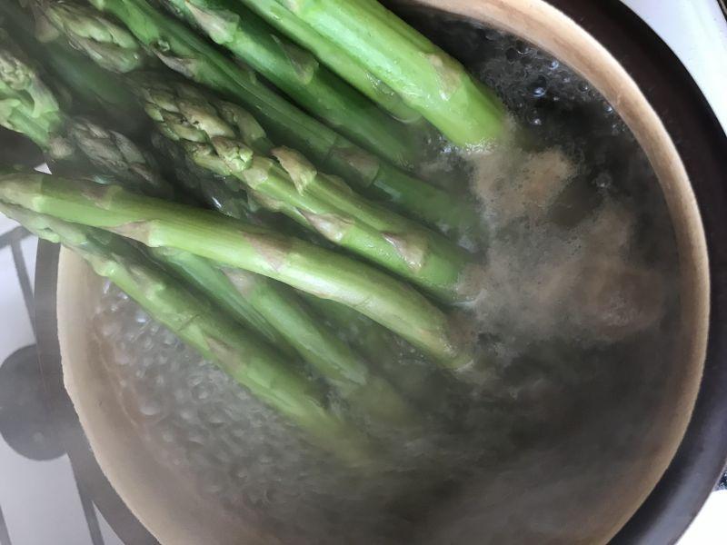 Papryka faszerowana ze szparagami i kaszą jaglaną