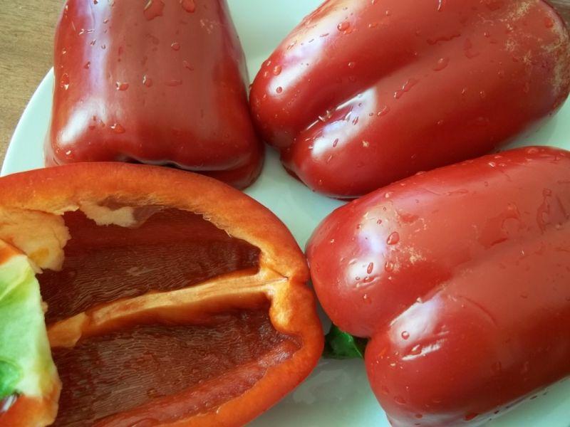 Papryka nadziewana kaszą jaglaną i pieczarkami