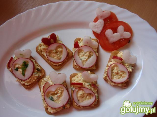 Pasta jajeczno serowana krakersach