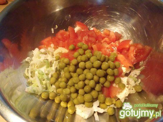 Pekinka z groszkiem i pomidorami