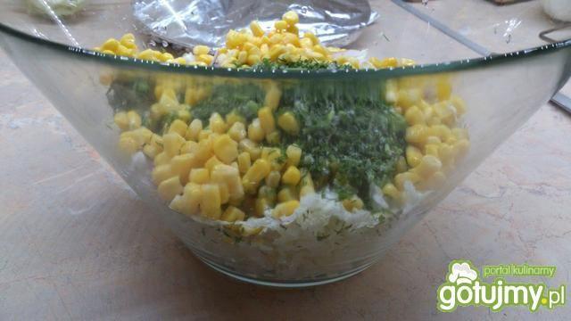Pekinka z kukurydzą i koperkiem